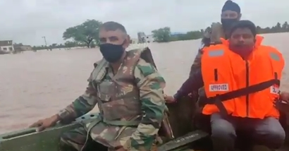 महाराष्ट्र, कर्नाटक और गोवा में सेना, नौसेना और वायुसेना बाढग्रस्त क्षेत्रों में राहत और बचाव कार्यों में जुटी